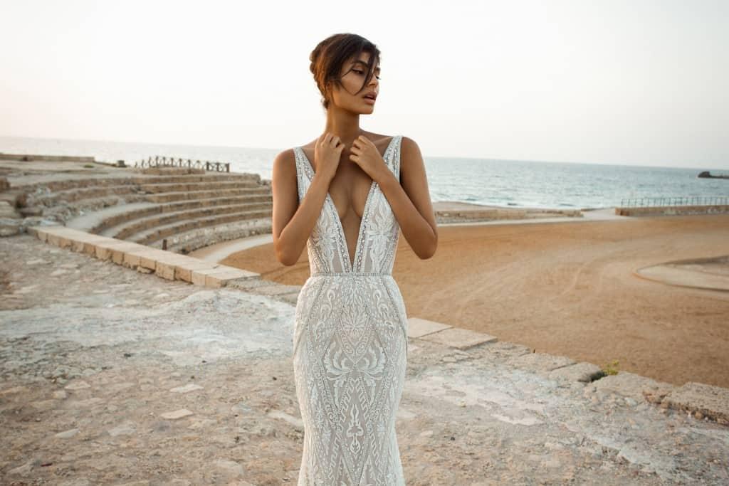 0e3e8a09a05d Svadobné šaty v štýle morskej panny. Vyrobené z geometricky vyšívanej  sietoviny vyzdobenej kryštáľmi.
