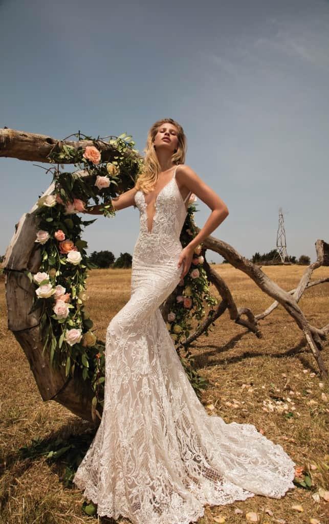 c243ab48988b Svadobné šaty inšpirované nádherným vzorom na sicilskych nástennych  obkladoch sa vynačuju priliehavou siluletou a kombinácia antickej ružovej s  ligotavou ...