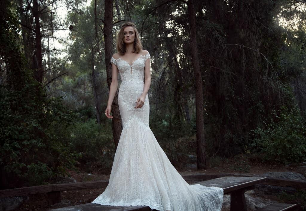 00838a1a94f4 Romantické šaty v štýle morskej panny s korzetom a úzskou sukňou vyrobené  so sieťovanej látky. popretkávané perlami. Rukávy na ramená a malý výstrih.