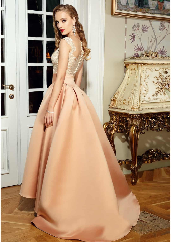 4d58e0d863be Zlatá hodvábna sukňa je dominantným prvkom týchto svadobných šiat. Spolu s  body-topom z krajky tvoria dokonalú asymetrickú jednotu